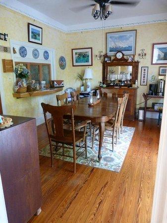 Kingston House B&B: The breakfast table