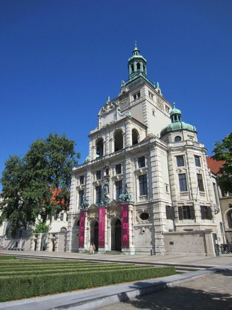 Bavarian National Museum (Bayerisches Nationalmuseum): Museum from the street