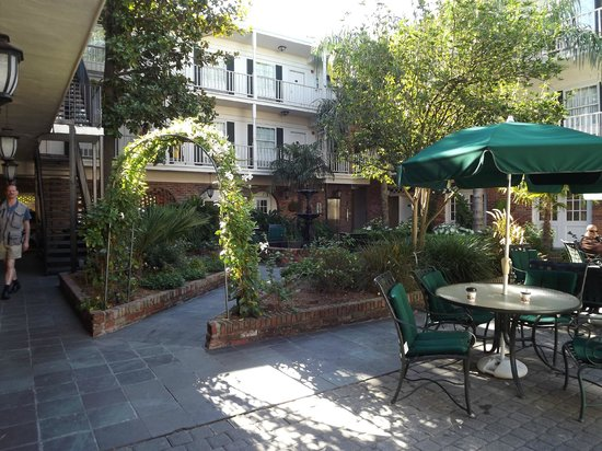 Best Western Plus French Quarter Landmark Hotel: The common area with gardens and pool, very lovely!