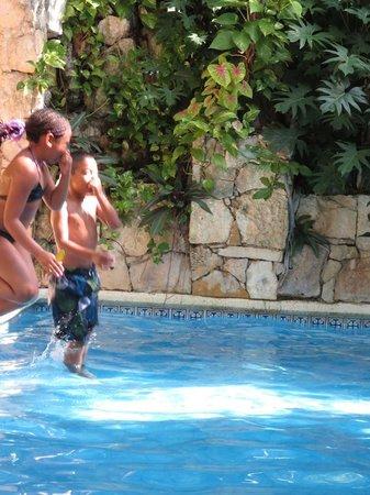 Eco-Hotel El Rey Del Caribe: Lola and Eros at the pool