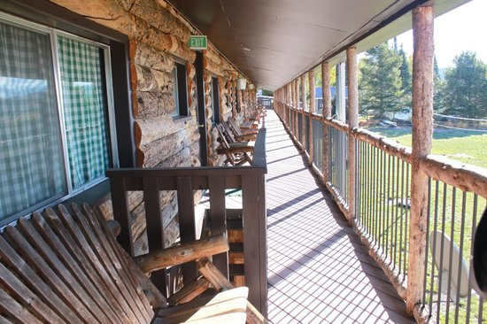 North Shore Lodge: The balcony which runs at the back the lodges