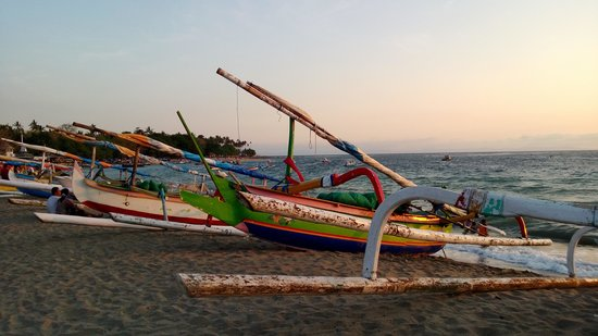 Pool Villa Club Senggigi Beach Lombok : outriggers on beach