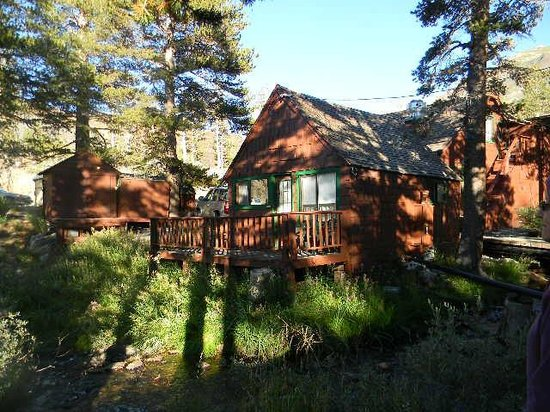 Tioga Pass Resort: Cabin 6 front deck next to stream