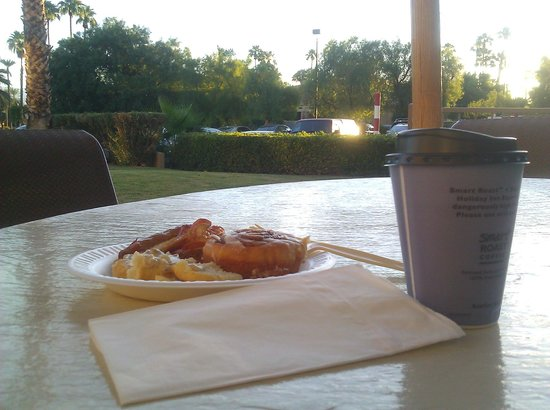 Holiday Inn Express Palm Desert / Rancho Mirage: Breakfast al fresco
