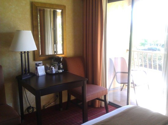 Holiday Inn Express Palm Desert / Rancho Mirage: Sitting area, in-room coffee