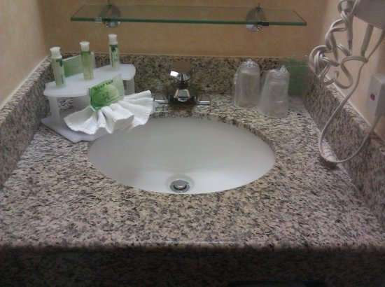 Holiday Inn Express Palm Desert / Rancho Mirage: Vanity with toiletries