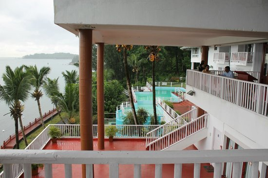Mandalay Restaurant: Overview of Swimming Pool from the restaurant
