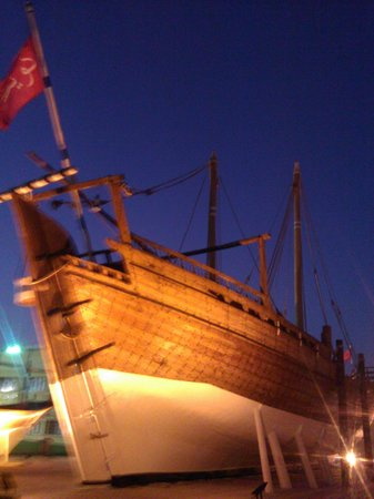 Kuwaiti Maritime Museum: Typical boat outside the museum