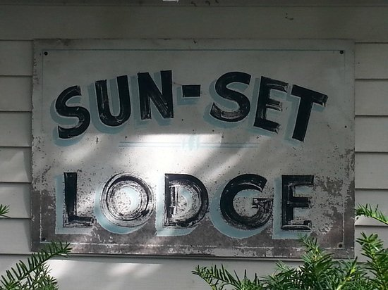 Maples Motel: Retro Lodge sign