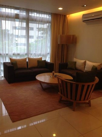 PARKROYAL Serviced Suites Kuala Lumpur: The spacious and chill living room..