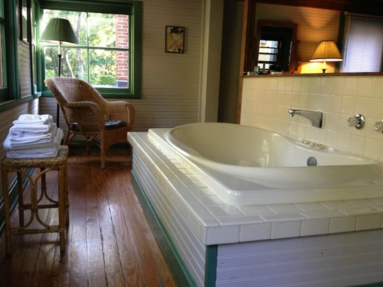 Lakeside Inn: Treetop Room - Jacuzzi Tub
