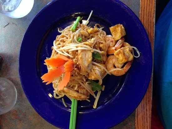 Montira's Thai Cuisine: Phad Thai. Absolutely delicious and how pretty!