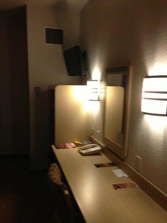 Motel 6 Knoxville: Room # 101 / desk