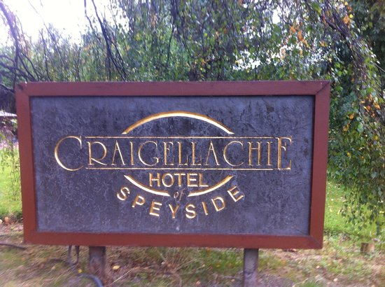 Craigellachie Hotel: Welcome sign at the carpark entrance