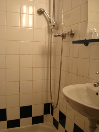 Hotel Amarys Simart: Shower unit