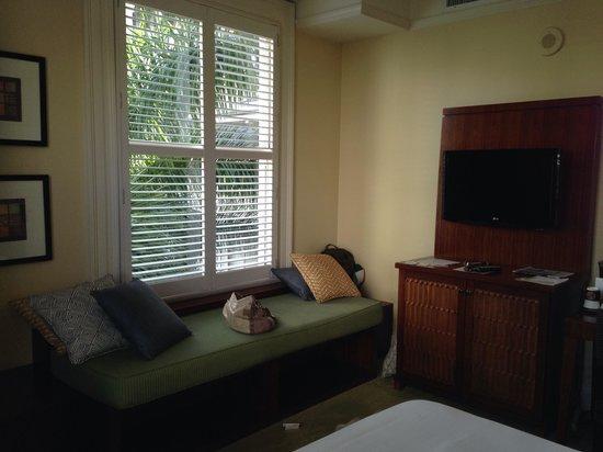 Moana Surfrider, A Westin Resort & Spa: Window seat. Too noisy to enjoy