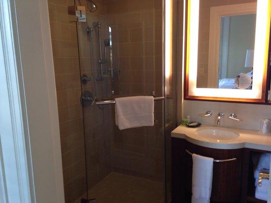 Moana Surfrider, A Westin Resort & Spa: Tiny tiny bathroom