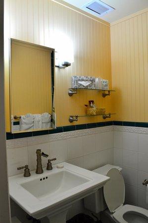 The Plantation Inn : Bright and clean bathroom