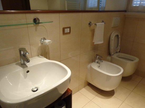 Al Colonnato di San Pietro Bed and Breakfast: Big & clean bathroom