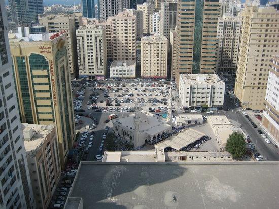 Al Bustan Tower Hotel Suites : вид из окна