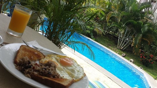 The Hideaway Hotel Playa Samara: Breakfast by the pool