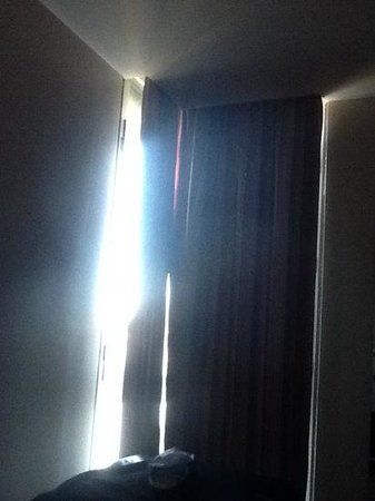 B&B Hotel Firenze City Center: the light coming in through the curtains