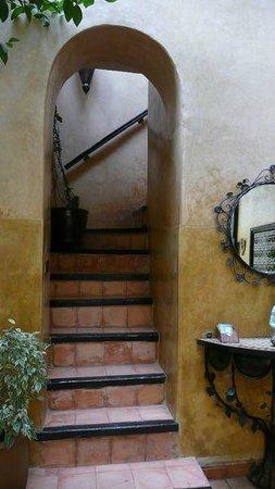 Riad du Petit Prince : escalier menant aux chambres et terrasse