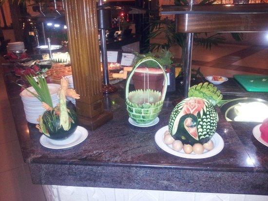 Southern Palms Beach Resort: fruit artist