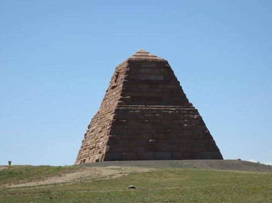 Vista de la Luna Bed and Breakfast: Nearby Ames Brothers Pyramid