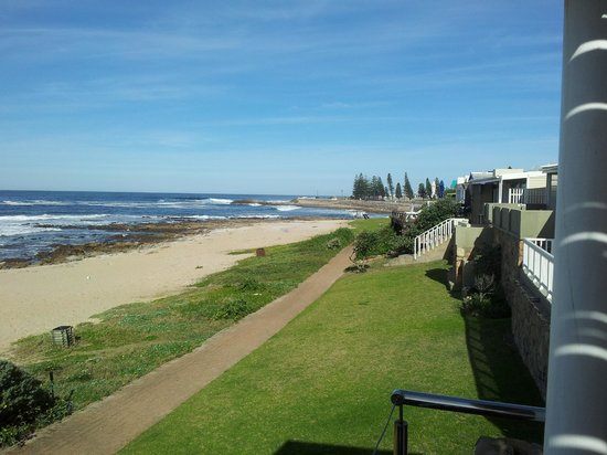 Point Village Guesthouse & Holiday Cottages: The view from the patio towards Mosselbay point