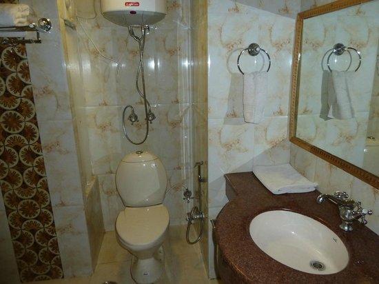 Hotel Hilltop: Bathroom