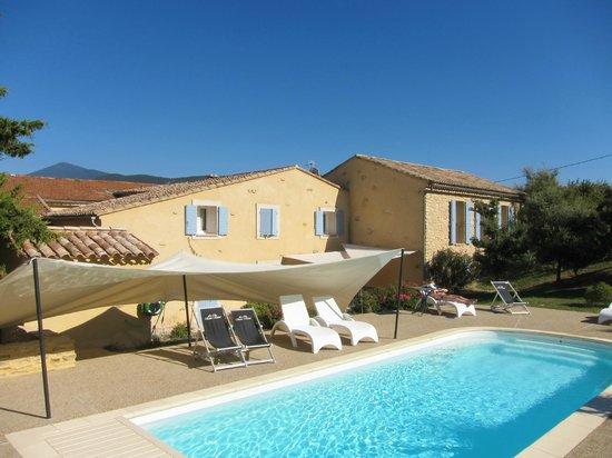Le Clos Saint Michel & Spa : Pool, Haus und der Mont Ventoux im Hintergrund