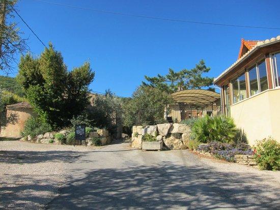 Le Clos Saint Michel & Spa : Eingang und Parkplatz