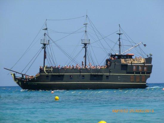Brilliant Hotel Apartments: Black Pearl Pirate Ship