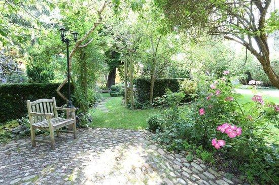 Au Relais de la Poste aux Chevaux : un coin ombragé du jardin
