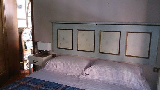 B&B Belleville: Blick auf das Bett.