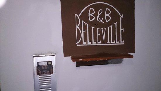 B&B Belleville: Das Türschild vor dem Haus