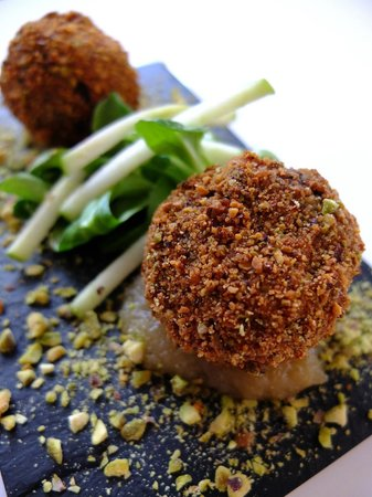 Hemingways Lounge and Tapas Bar: Burgos black pudding coated in Pistachio with apple compote