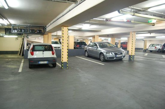 Ibis Frankfurt Centrum: Estacionamento