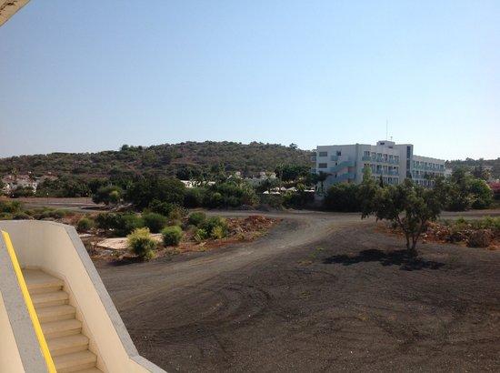 Kokkinos Hotel Apartments: Позади отеля