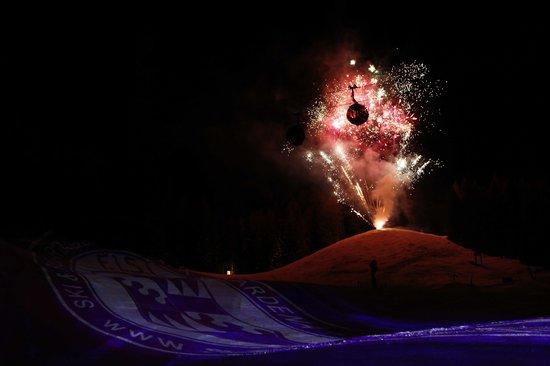 Fiaccolata scuola sci selva con fuochi d'artificio