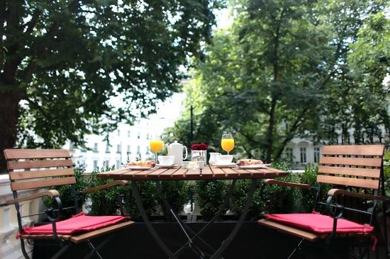 The Royal Park - A Roseate House Hotel: Breakfast on the balcony