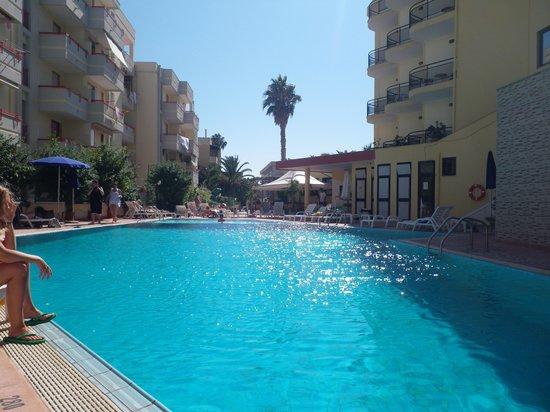 Rina Hotel: Poolen.