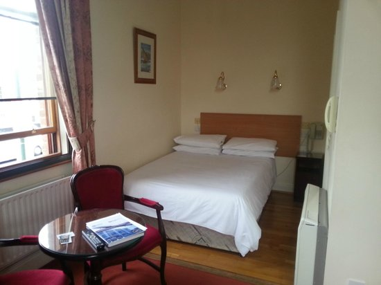 Leesonbridge Guesthouse: Double bed -  pet hate, bed pushed up against the wall