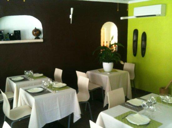 Le Petit Resto de Paul : La salle de restaurant :dépaysement et sobriété pour votre plaisir!
