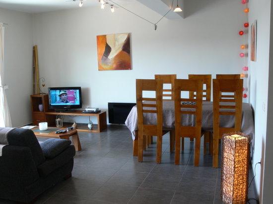 Le salon/salle à manger, avec ses meubles en teck... - Photo ...