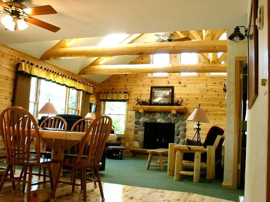 Breezy Point Resort: Cabin 3 living area