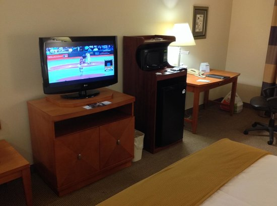 Holiday Inn Express Forest City: HDTV and desk area