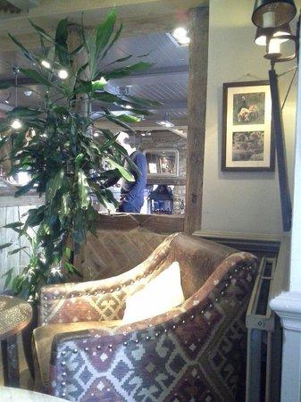 The Aperfield Inn: Diferentes  espacios dependiendo si se va a comer o a charlar un rato con los amigos, muy recome