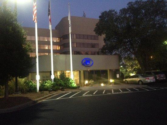 Hilton Charlotte Executive Park: Early morning walk - beautiful setting!
